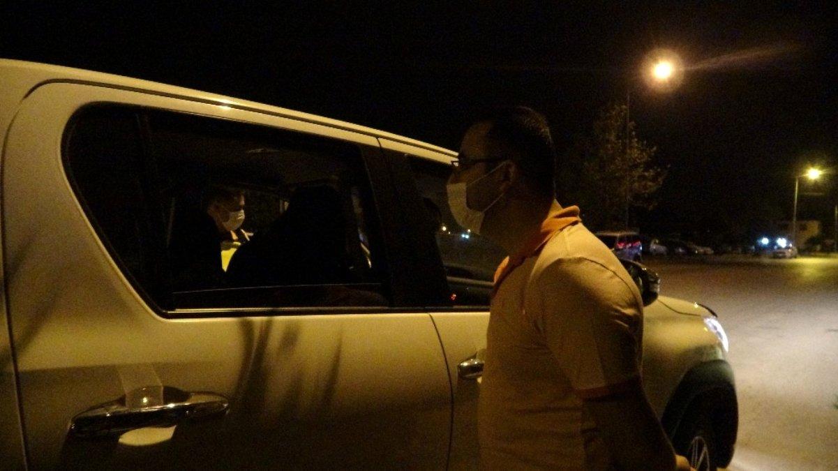Emniyet müdüründen telefonuna kılıf takıp, maske takmayan sürücüye sitem